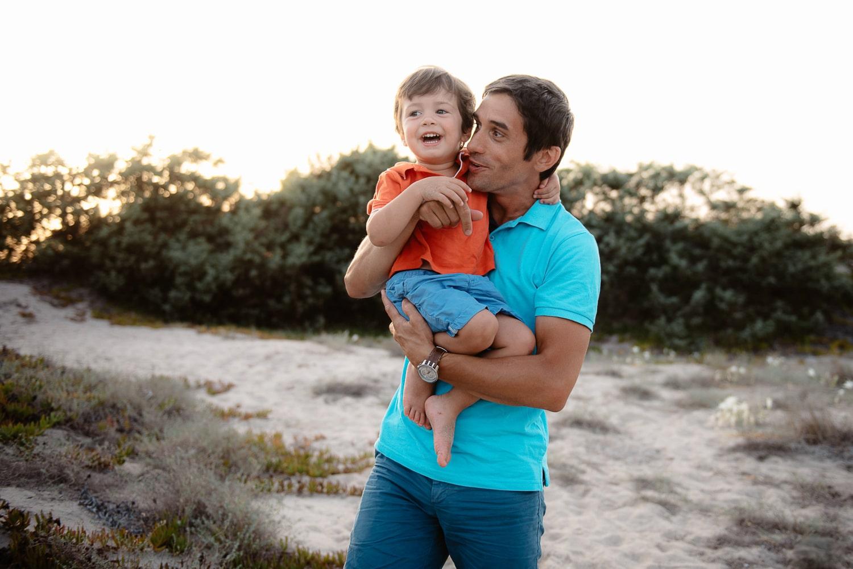 Fotografo famiglia Sardegna. foto in spiaggia di famiglia